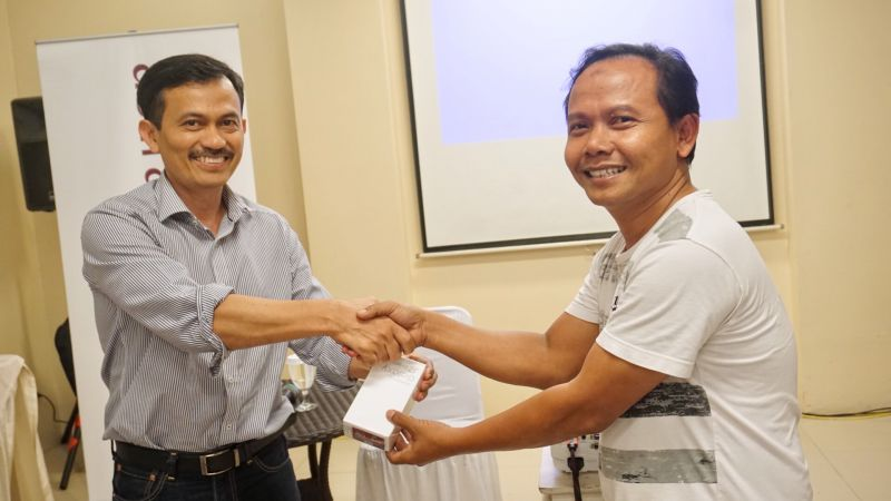 Seeing the potential of graphic art, Astragraphia held a customer gathering in Karawang and invited one of the customers who had used the Fuji Xerox Iridesse Production Press machine.